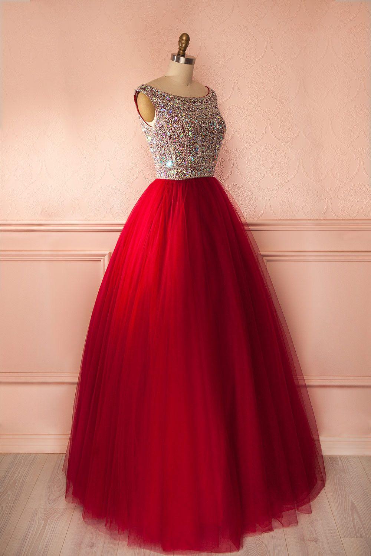 Une robe de bal avec un bas rouge