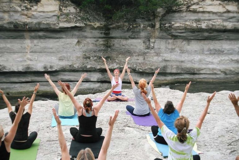 un cours de yoga à Nantes en extérieur