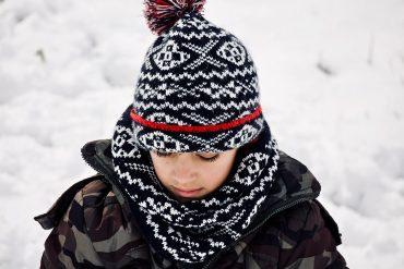 hiver avec un enfant portant un snood autour du cou et un bonnet